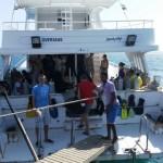 pełna łódź nurków