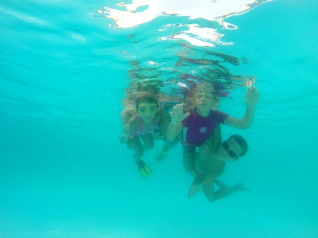 pozowanie pod wodą w basenie