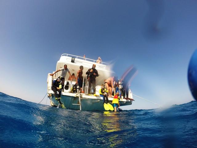 przygotowania do nurkowania na łodzi