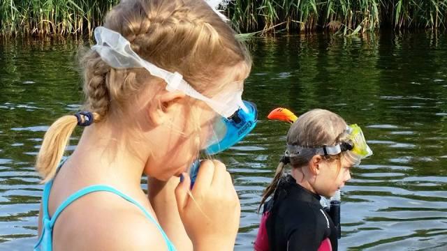 nurkujące dzieci w rzece