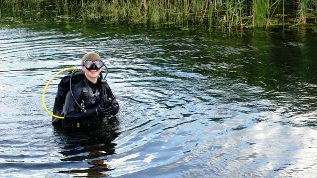 nurkowie w rzece