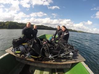 szczęśliwa ekipa po nurkowaniu
